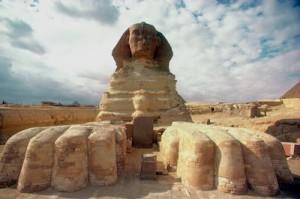 """La """"Stele del Sogno"""" tra le zampe della Sfinge."""