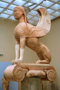"""La cosiddetta """"Sfinge dei Nassi"""" offerta dagli abitanti dell'isola dio Nasso al santuario di Delfi nel VI sec. a.C. (Museo di Delfi)."""