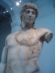 Statua di Apollo Ipernoreo nel Museo di Delo.