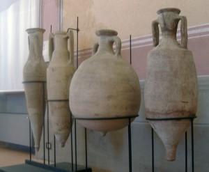 """Anfore romane del II secolo. Contenevano soprattutto vino e olio; ma quelle più larghe e panciute venivano in gener impiegate per il """"garum"""", la famosa salsa di pesce ingrediente fondamentale della cucina romana, che era prodotto in particolare in Spagna."""