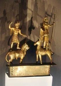 Juppiter Dolichenus e Iuno Regina stanti rispettivamente sopra un bue e sopra un asino.