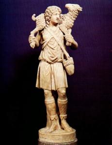"""Statua del """"Buon Pastore"""" risalente alla prima metà del IV secolo, epoca del """"neoclassicismo"""" costantiniano. Questa figurazione riprende il tipo iconografico dell'""""Hermes crioforo"""" (che porta un ariete sulle spalle)."""