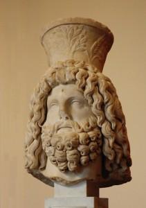 Testa di Serapide con il modio. Si osservi che sul copricapo sono disegnate in rilevo delle spighe, chiara allusione al funzione di propiziatore della fertilità dei campi del dio greco-egizio.