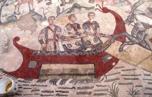 """tre figure maschili in barca che indossano la """"dalmatica"""" (mosaico del IV secolo nella """"Villa del Casale"""" a Piazza Armerina in Sicilia)."""