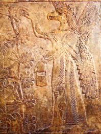 """Cherubino assiro accanto al """"Kishkanu"""", l'""""Albero della Vita"""". Rilievo proveniente dal palazzo di Assurnasirpal II (883-850 a. C.) a Nimrud."""
